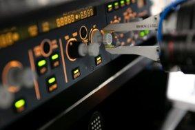 Lufthansa Technik Roboter kontrolliert Cockpit-Bedieneinheit