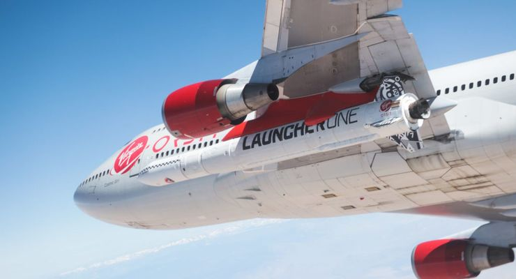 """Bereit für den Abwurf: LauncherOne unter der linken Tragfläche der modifizierten Boeing 747 """"Cosmic Girl""""."""