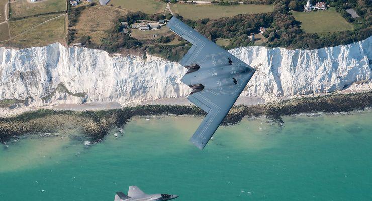 Northrop Grumman B-2A und F-35B der RAF an den Klippen von Dover