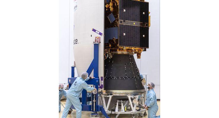 Der Satellit FalconEye1 wird auf seinen Start vorbereitet.