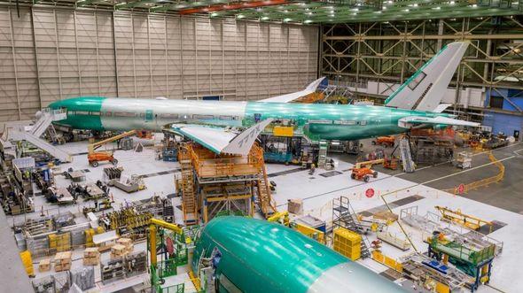 Bei der ersten fliegenden Boeing 777-9 wurde erstmals die Elektrik eingeschaltet.