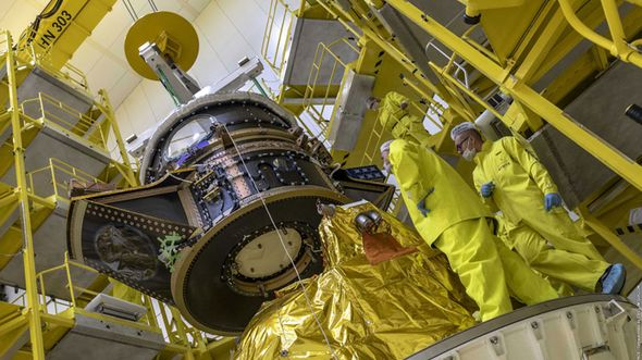 CHEOPS bei der Integration auf der Sojus-Startrakete.
