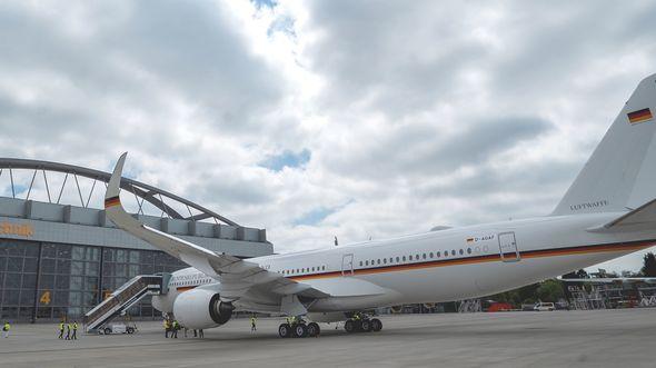 Der erste Airbus A350-900 für die Flugbereitschaft erhält bei Lufthansa Technik in Hamburg seine Kabinenausstattung - zunächst mit einer schnell realisierbaren Übergangseinrichtung.
