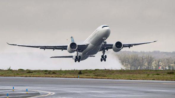 Erstflug des Airbus A330-900 mit auf 251 Tonnen erhöhter maximaler Abflugmasse.