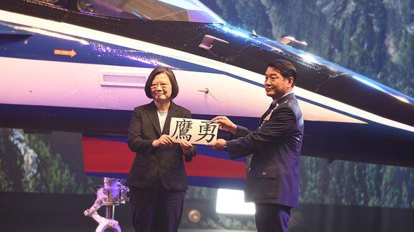 """AIDC AJT """"Mutiger Adler"""" beim Rollout am 24. September 2019 mit Taiwans Präsidentin Tsai Ing-wen."""